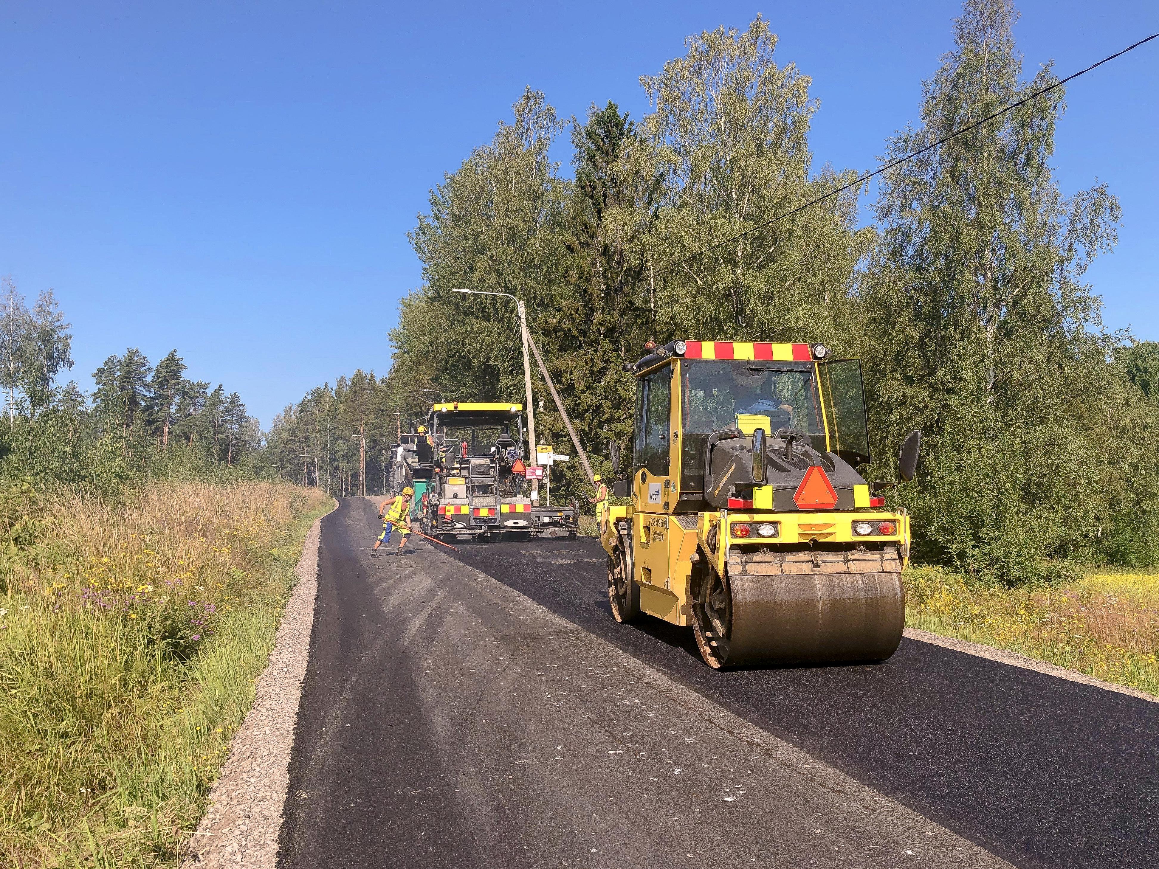 Uutta asfalttipintaa levitetään ja tasoitetaan.