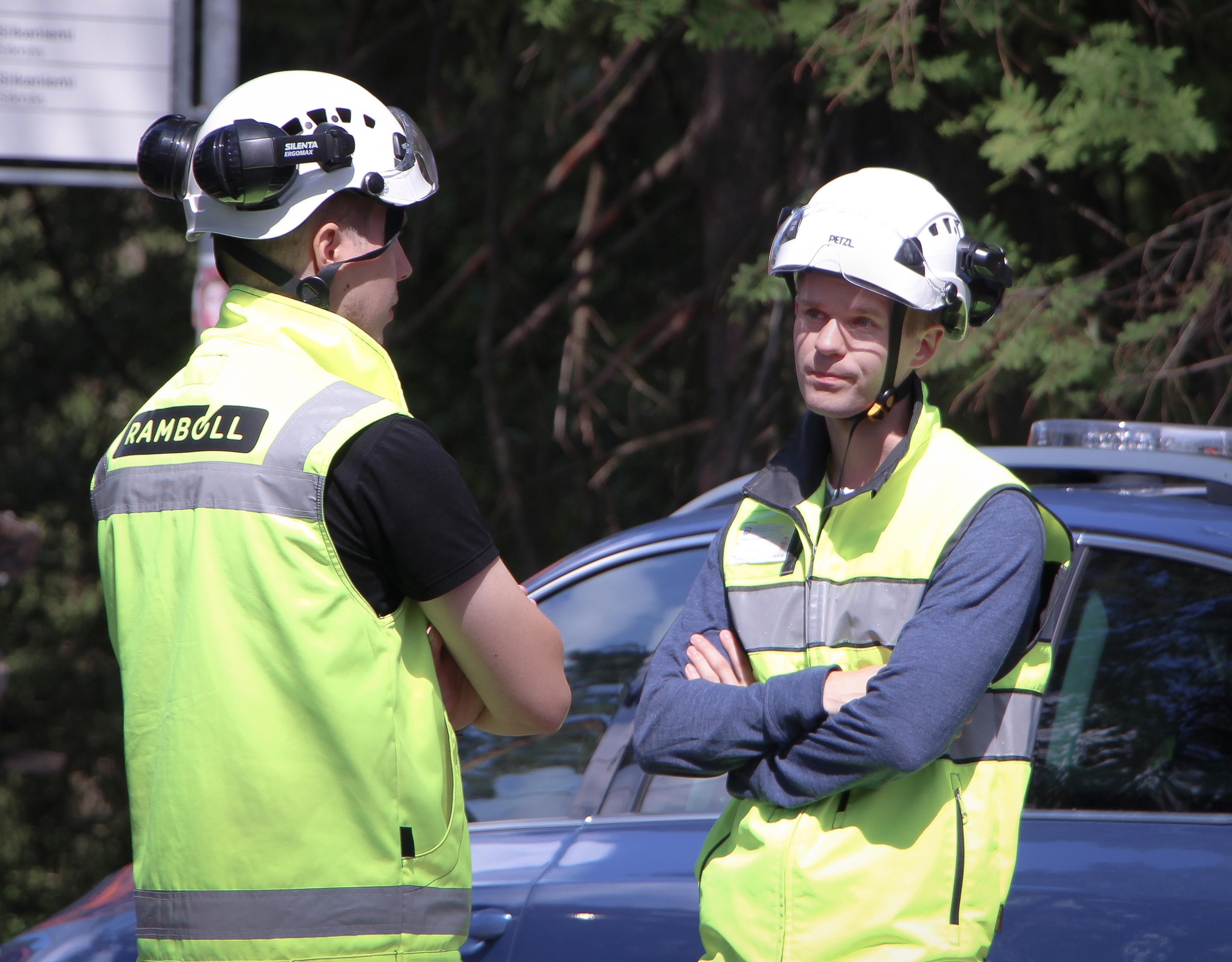 Projektipäällikkö Niklas Nevalainen jututtaa urakoitsijan edustajaa heinäkuussa 2019.